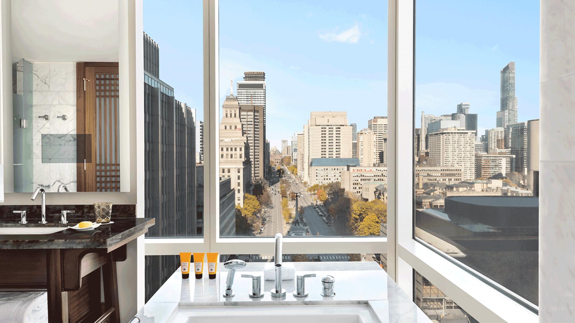 Shangri-La Hotel Toronto | Bathtub overlooking the city