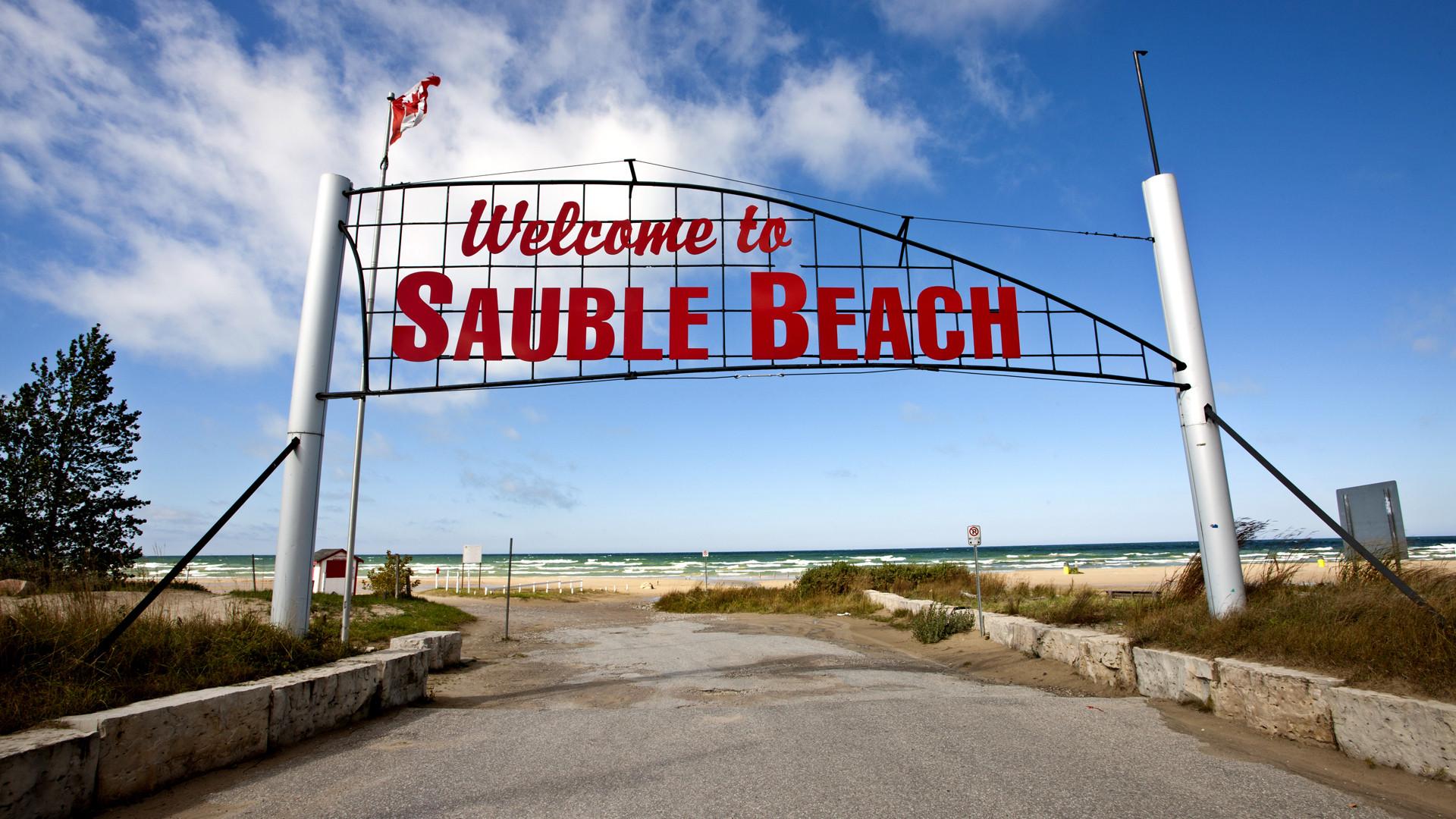 Breathtaking Ontario beaches | A retro sign in Sauble Beach